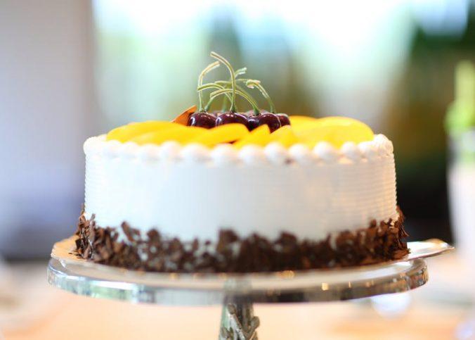 barwiony tort na kolorowo